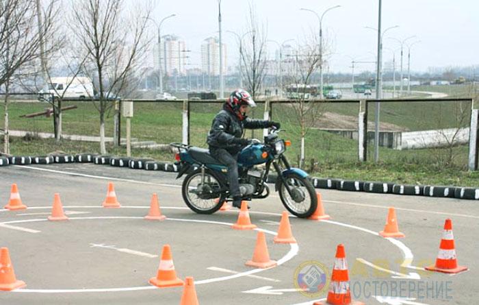 Проверка практических знаний и навыков управления мотоциклом в ГИБДД